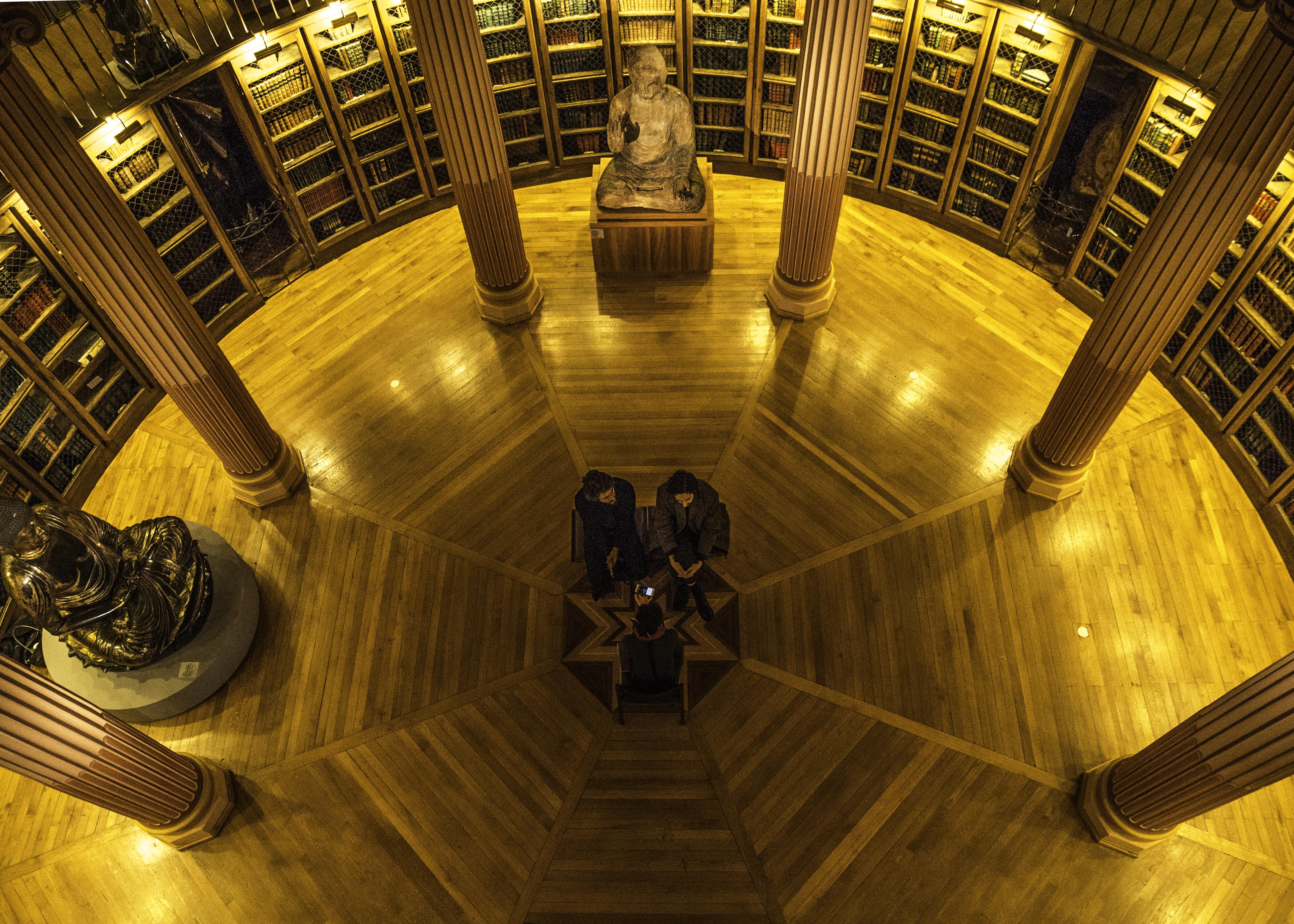 Feu ! Chatterton, entrevue à la bibliothèque du Musée Guimet